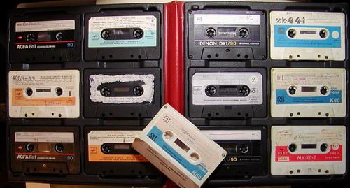 Кассеты в альбоме для кассет - да, было раньше и такое!