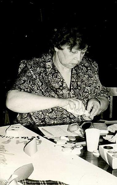 ДМ-32 - Зоя Дмитриевна рисует и клеит